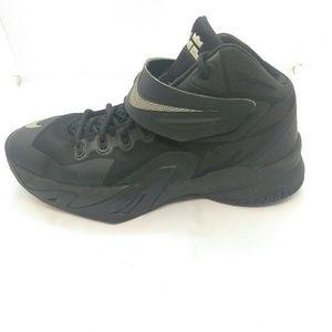 Nike Boys Lebron Soldier VIII Basketball 6.5Y